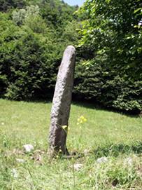Древний дорожный менгир у с. Ермоловка. В верхней части хорошо различим крест