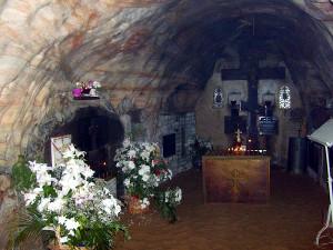 У гроба отца Иоанна всегда живые цветы