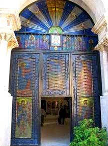 Вход в храм, где находится   колодец Иакова