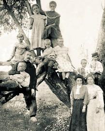 Михаил Булгаков с семьей
