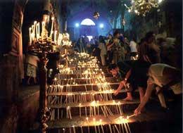 Свечи на ступенях, ведущих к Погребальной пещере Богородицы