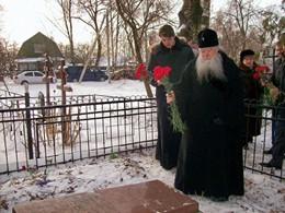 Ювеналий, митрополит Крутицкий и Коломенский, на могиле Ю.К. Авдеева
