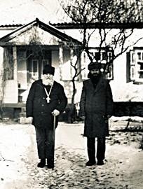 На фото слева инок Илия (Грищенко)