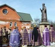 Молитва перед памятником епископу Василию (Зеленцову)