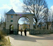 Полтавская семинария располагается в здании бывшего детского сада и окружена многоэтажками