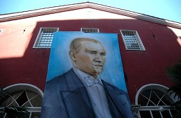 Портрет Ататюрка на одной из церквей