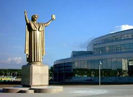 Памятник Франциску Скорине в Минске, у входа в здание Национальной библиотеки