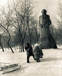 Памятник Льву Толстому в музее-усадьбе писателя в Москве