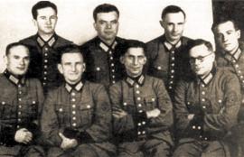 В первом ряду второй слева в немецкой форме капитан «Вермахта», заместитель Степана Бандеры и главнокомандующий УПА Роман Шухевич