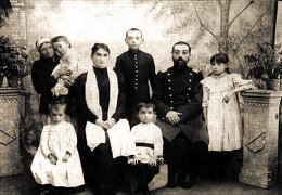 Семейная фотография: Дмитрий Тяпочкин сидит в центре
