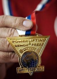 Медаль Кубка мира по паэрлифтингу, полученная отцом Александром