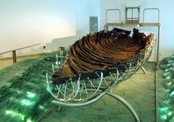 Лодка, найденная в развалинах города