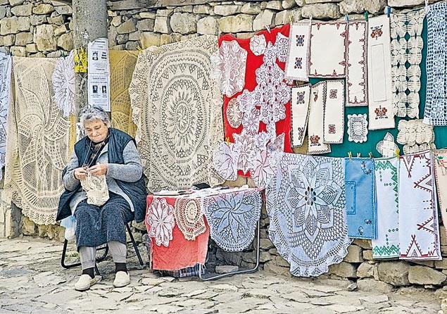 В деревнях остались одни старики — молодежь уехала в Европу искать лучшей жизни.