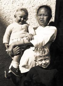 Дети Савицкого с няней в Гонг Конге