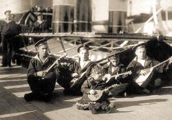 Алексей (в центре) среди юнг яхты «Штандарт». Третий слева – Гриша Пиньковский. 1907 г.