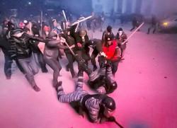 Избиение беркутовца «мирными» протестующими