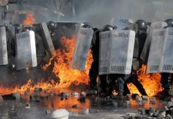 «Мирные» демонстранты атакуют Беркут