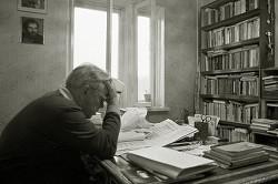 Виктор Петрович Астафьев работает в своем домашнем кабинете. 1987 год.