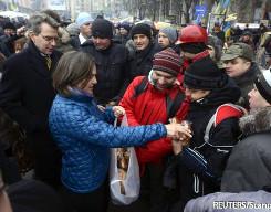 Виктория Нуланд разадает печеньки на майдане