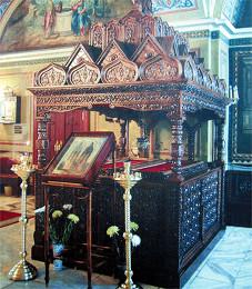 Восстановленная в марте 2005 г. сень над гробницами преподобномучеников Александра Пересвета и Андрея-Родиона Осляби