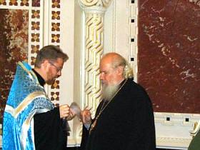 Свящ. Алексий Ястребов передает в дар Святейшему Патриарху Алексию часть мощей Святителя Николая