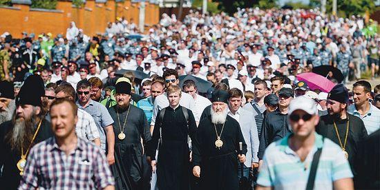 16 июля 2014 года крестный ход в Сергиевом Посаде. Святейший Патриарх Московский и всея Руси Кирилл среди верующих