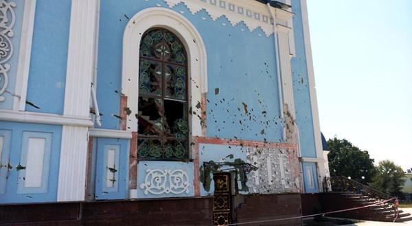 Один из православных храмов в Луганске, посечённый осколками