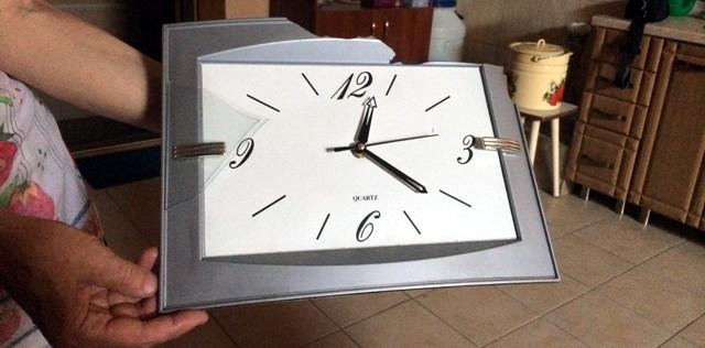 Часы из храма в Луганске. Время остановилось в момент взрыва: 00:21 в ночь с 5 на 6 августа 2014 года