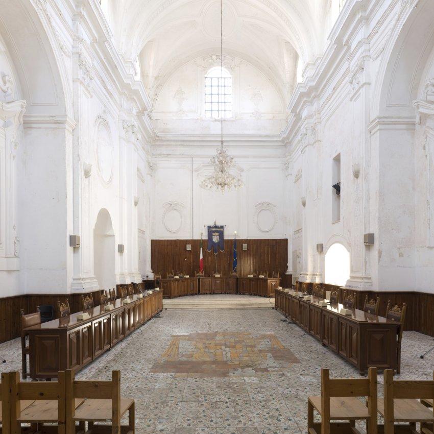 Зал заседаний в церкви Св. Филомены в Угенто