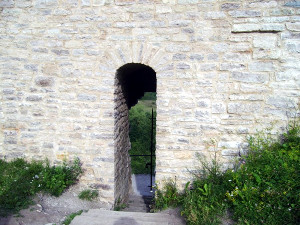 Крепостные стены Изборска
