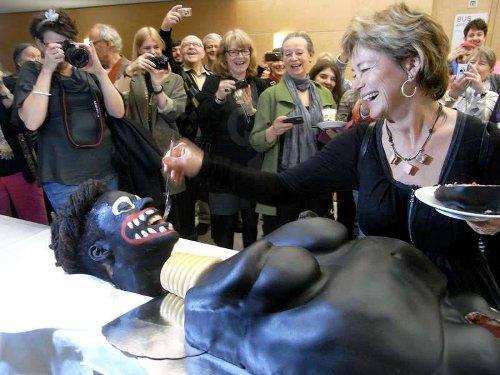 Министр культуры Швеции Лена Адельсон Лильерут с тортом в виде негритянки