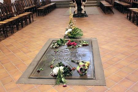 Могила Иоганна Себастьяна Баха в церкви Святого Фомы, Лейпциг, Германия