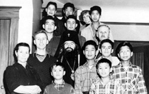 Владыка Иоанн среди детей из приюта свт. Тихона Задонского для сирот и детей нуждающихся родителей