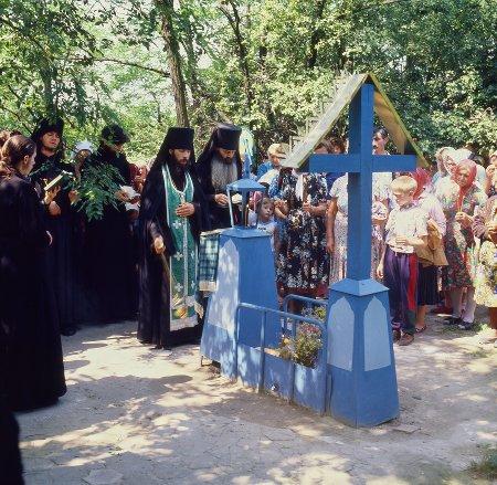 Служение панихиды на могиле преподобного Иоанна Затворника. 1995 г.