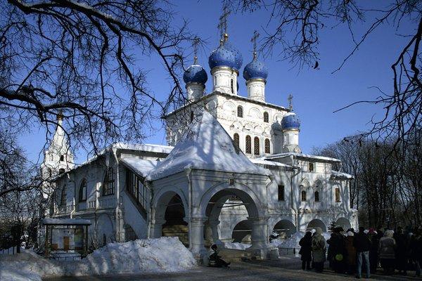 Первый храм, построенный в XVII веке, в честь Казанской иконы Божией Матери в селе Коломенском