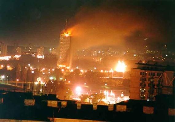 НАТО бомбит Белград. Небоскрёб «Ушче» в огне. Сербия, 21 апреля 1999