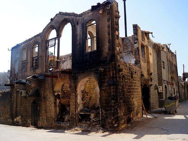 Хомс. Частично разрушенное историческое здание в Старом городе