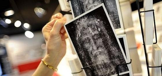 Первым разглядеть лик с Туринской плащаницы смог фотограф-любитель Секондо Пиа, посмотрев на негативы своих снимков