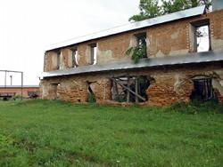 Руины братского двухэтажного корпуса