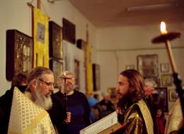 Богослужение в тёплой Благовещенской церви. Фото 2005 года