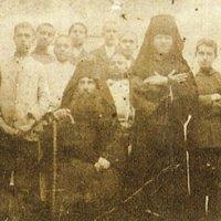 Преподобный Анфим (на переднем плане, с посохом), его духовные чада из лепрозория, среди них — прп. Никифор (стоит в монашеском облачении)