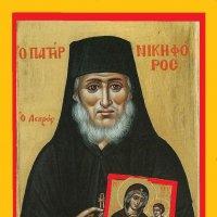 Икона прп. Никифора. В руках у него — икона Пресвятой Богородицы Помощницы, в честь которой прп. Анфим основал монастырь на Хиосе