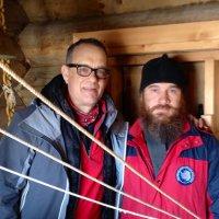 Автор этих заметок диакон Максим Герб с актером Томом Хэнксом. Много интересных людей посещают наш храм, недавно зашел Том Хэнкс, проходивший на яхте мимо нашего острова. Очень открытый, доброжелательный человек.