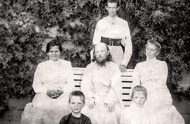 Отец Алексий Мечев с семьей. Жена отца Алексия Анна Петровна — слева от него