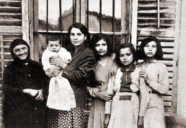 Бабушка с дочерью и внуками