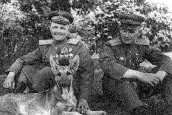 Михаил лусто (слева) и Евгений Мариинский с собакой Джульбарсом, 1945 г.