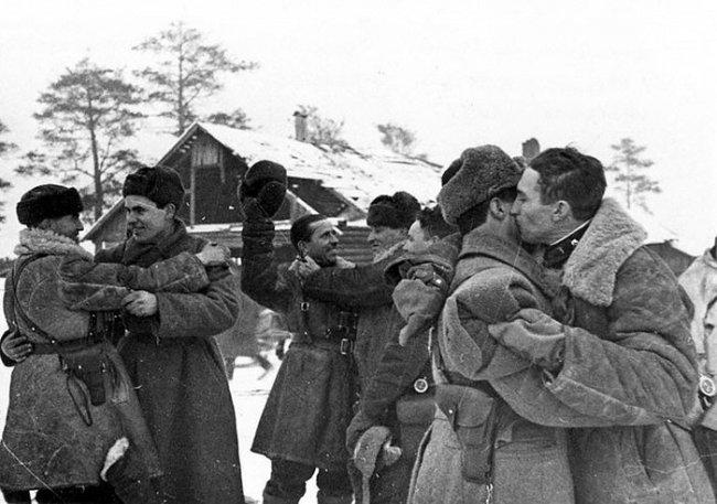 Встреча бойцов Ленинградского и Волховского фронтов у Рабочего поселка №1 во время операции по прорыву блокады Ленинграда
