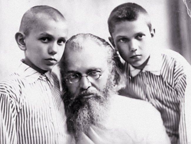 Святитель Лука со своими сыновьями. Начало 1930-х