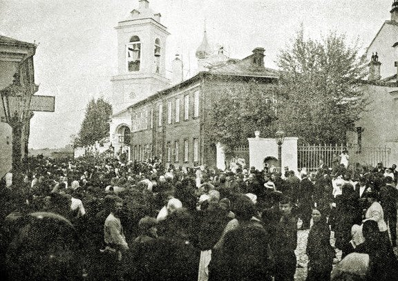 Похоронная процессия около Николо-Щеповской церкви