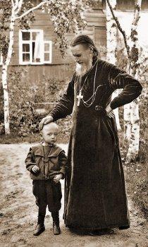 Батюшка Иоанн с крестником. 1890 г